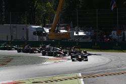 Пьер Гасли, DAMS едет впереди Алекса Линна, DAMS и Стоффеля Вандорна, ART Grand Prix на старте