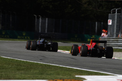 Стоффель Вандорн, ART Grand Prix едет впереди Александра Росси, Racing Engineering