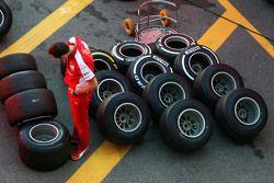 Un mecánico de Ferrari con los neumáticos Pirelli