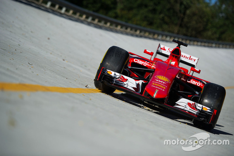 Ferrari SF15-T na curva inclinada de Monza