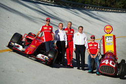 El Ferrari SF15-T y el Ferrari 166 F1 en el óvalo de Monza con Sebastian Vettel, piloto Ferrari, John Abbott, Shell Downstream Director, Maurizio Arrivabene, jefe de Ferrari, Istvan Kapitany, vicepresidente de Shell, Retail y Kimi Raikkonen, piloto Ferrari