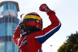 Le vainqueur de la Course 1 Emil Bernstorff, Arden International fête sa victoire dans le parc fermé
