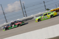 Regan Smith, JR Motorsports Chevrolet y Chris Buescher, Roush Fenway Racing Ford