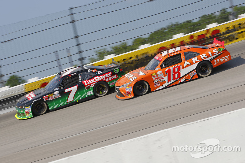Regan Smith, JR Motorsports Chevrolet y Daniel Suárez, Joe Gibbs Racing Toyota