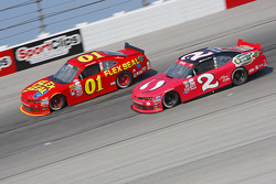 Landon Cassill, JD Motorsports Chevrolet y Brian Scott, Richard Childress Racing Chevrolet