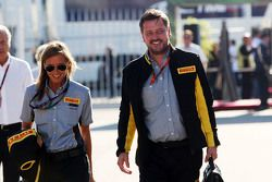 Paul Hembery, Directeur de la Compétition Pirelli avec son assistante Ilaria Parolari