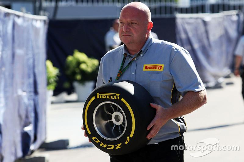 Ein Pirelli-Ingenieur mit einem Reifen
