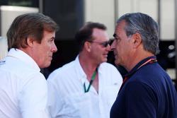 Danny Sullivan, FIA-Steward, mit Carlos Sainz
