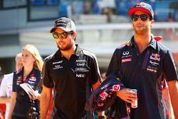 Sergio Perez, Sahara Force India F1 com Daniel Ricciardo, Red Bull Racing
