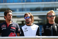 Carlos Sainz Jr., Scuderia Toro Rosso avec Fernando Alonso, McLaren et Nico Rosberg, Mercedes AMG F1 lors de la parade des pilotes, pendant la minute de silence en hommage à Justin Wilson