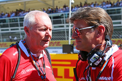 John Booth, Manor F1 Team Team Principal con Graeme Lowdon, Manor F1 Team Chief Executive Officer sulla griglia di partenza
