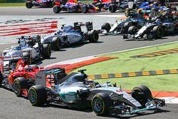 Lewis Hamilton, Mercedes AMG F1 W06 lidera no início da prova