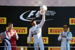 El podio: Sebastian Vettel, Ferrari, segundo; Lewis Hamilton, de Mercedes AMG F1, ganador de la carr
