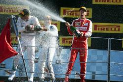 (L to R): переможець гонки Льюїс Хемілтон, Mercedes AMG F1 та друге місцеd Себастьян Феттель, Ferrari святкування на подіумі