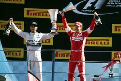 Победитель гонки - Льюис Хэмилтон, Mercedes AMG F1 и занявший второе место - Себастьян Феттель, Ferr