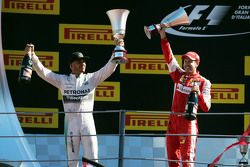 Le vainqueur Lewis Hamilton, Mercedes AMG F1 fête sa victoire avec le deuxième, Sebastian Vettel, Ferrari sur le podium