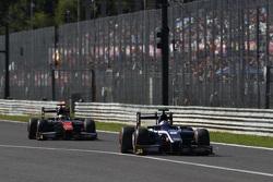 Митч Эванс, RUSSIAN TIME едет впереди Стоффеля Вандорна, ART Grand Prix