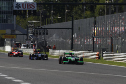 Ричи Стэнэвей, Status Grand Prix едет впереди Серхио Канамасаса, Team Lazarus