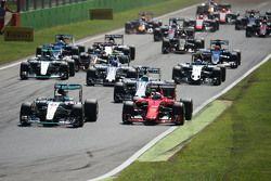 Льюис Хэмилтон, Mercedes AMG F1 W06 и Себастьян Феттель, Ferrari SF15-T во время старта