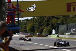 Победитель второй гонки - Митч Эванс, RUSSIAN TIME, едет впереди Артура Пика, Campos Racing и Стоффеля Вандорна, ART Grand Prix