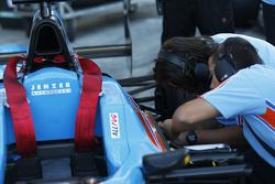 Trabajos mecánicos en el auto de Pal Varhaug, Jenzer Motorsport antes de la carrera