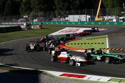 Сэнди Стувик, Status Grand Prix едет впереди Саида Ашканани, Campos Racing и Амори Бондюэля, Trident