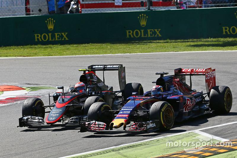 Макс Ферстаппен, Scuderia Toro Rosso STR10 та Дженсон Баттон, McLaren MP4-30 - боротьба за позиції