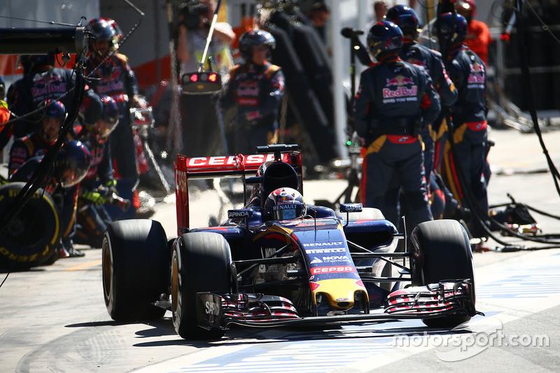 Max Verstappen, Scuderia Toro Rosso STR10 pit stop yapıyor