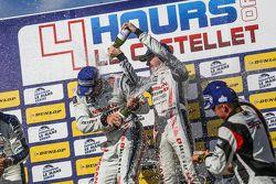 LMP3 podium:Juara balapanChris Hoy, Charlie Robertson merayakan