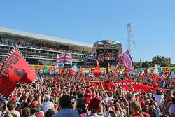 Los aficionados celebran en el podio