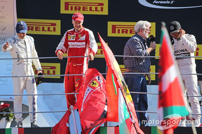 Podium: 3. Felipe Massa, Williams; 2. Sebastian Vettel, Ferrari;  George Lucas, Erfinder von Star Wars, und 1. Lewis Hamilton, Mercedes AMG F1