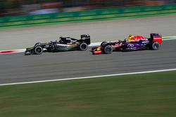 Sergio Perez, Sahara Force India F1 VJM08 leads Daniil Kvyat, Red Bull Racing RB11