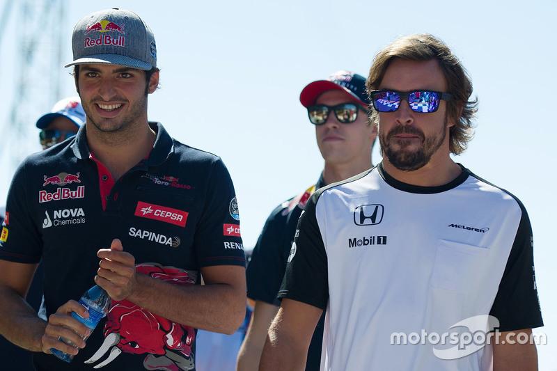 Carlos Sainz Jr., Scuderia Toro Rosso con Fernando Alonso McLaren durante el desfile de pilotos