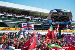 Sebastian Vettel, Ferrari, fête sa deuxième place sur le podium