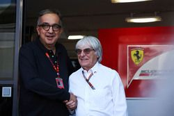 Sergio Marchionne, Ferrari President en CEO Fiat Chrysler Automobiles met Bernie Ecclestone