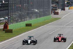 Nico Rosberg, Mercedes AMG F1 W06 y Kimi Raikkonen, Ferrari SF15-T