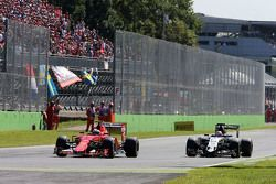 Kimi Raikkonen, Ferrari SF15-T e Nico Hulkenberg, Sahara Force India F1
