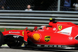 Кими Райкконен, Ferrari SF15-T машет фанатам в конце гонки