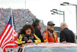 Kyle Larson, Chip Ganassi Racing Chevrolet y Tony Stewart, Stewart Haas Racing Chevrolet