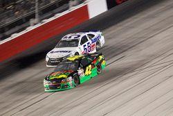 Kyle Larson, Chip Ganassi Racing Chevrolet ve David Ragan, Michael Waltrip Racing Toyota