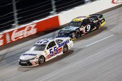 David Ragan, Michael Waltrip Racing Toyota et Sam Hornish Jr., Richard Petty Motorsports Ford