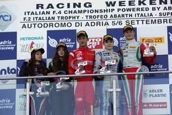 Course 1, le podium : David Beckmann, Mucke Motorsport, Guanyu Zhou, Prema power Team,Tatuus F.4 T014, Ralf Aron, Prema Power Team, Julia Pankiewicz, RB Racing, Wiktoria Pankiewicz, RB Racing