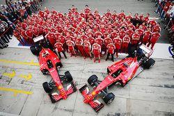 Scuderia Ferrari, foto di gruppo della squadra al completo