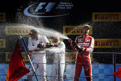 Podium: ganador, Lewis Hamilton, Mercedes AMG F1, segundo lugar, Sebastian Vettel, Ferrari, tercer l