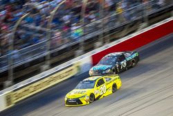 Matt Kenseth, Joe Gibbs Racing Toyota e Martin Truex Jr., Furniture Row Racing Chevrolet