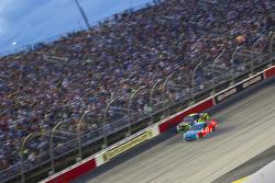 Kyle Larson, Chip Ganassi Racing Chevrolet y Aric Almirola, Richard Petty Motorsports Ford