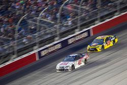 Kurt Busch, Stewart-Haas Racing Chevrolet y Jeb Burton, BK Racing Toyota