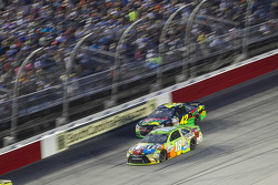 Kyle Busch, Joe Gibbs Racing Toyota y Kyle Larson, Chip Ganassi Racing Chevrolet