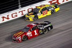 Jeb Burton, BK Racing Toyota y Jamie McMurray, Chip Ganassi Racing Chevrolet