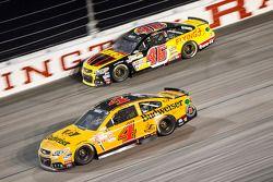 Michael Annett, HScott Motorsports Chevrolet y Kevin Harvick, Stewart-Haas Racing Chevrolet